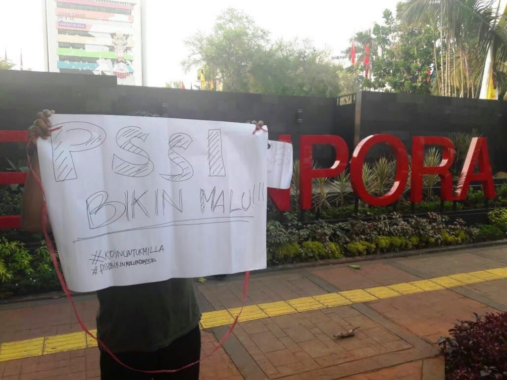 Demonstran membentangkan poster bertuliskan nada dukungan kepada Luis Milla. (Foto: Medcom.id / Rendy Renuki)
