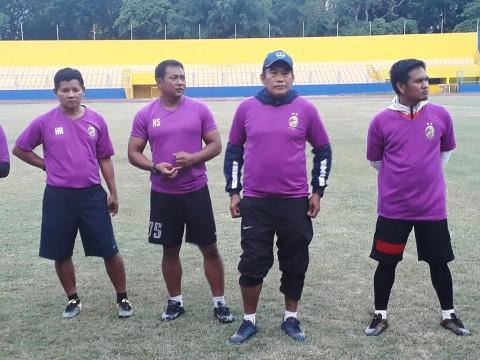 Pelatih Sriwijaya FC, Subangkit saat memimpin latihan rutin di