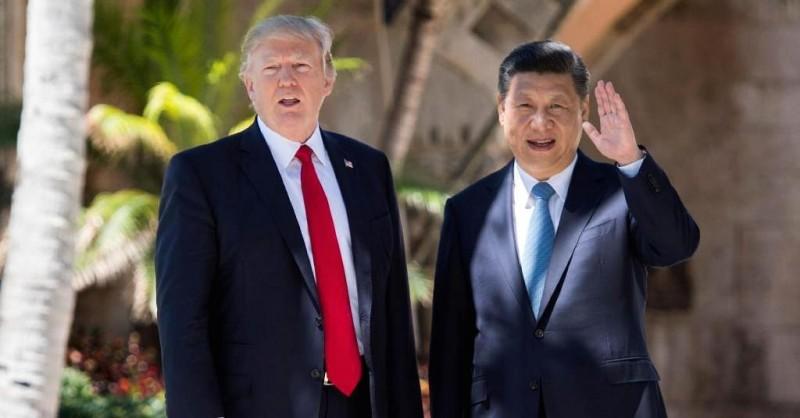 Presiden Amerika Serikat Donald Trump (kiri) bersama dengan Presiden Tiongkok Xi Jinping (Jim Watson/AFP)
