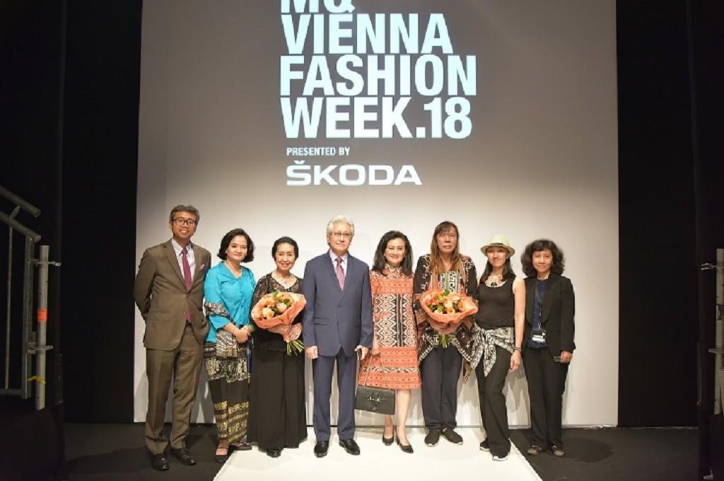 Dubes Darmansjah Djumala (empat kiri) dalam MQ Vienna Fashion Week (MQVFW) 2018 di Wina, Austria, 12 September 2018. (Foto: KBRI Wina)