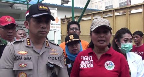 Kasat Narkoba Polres Metro Jakarta Selatan Kompol Vivick Tjangkung (kanan). Medcom.id/ Sunnaholomi Halakrispen