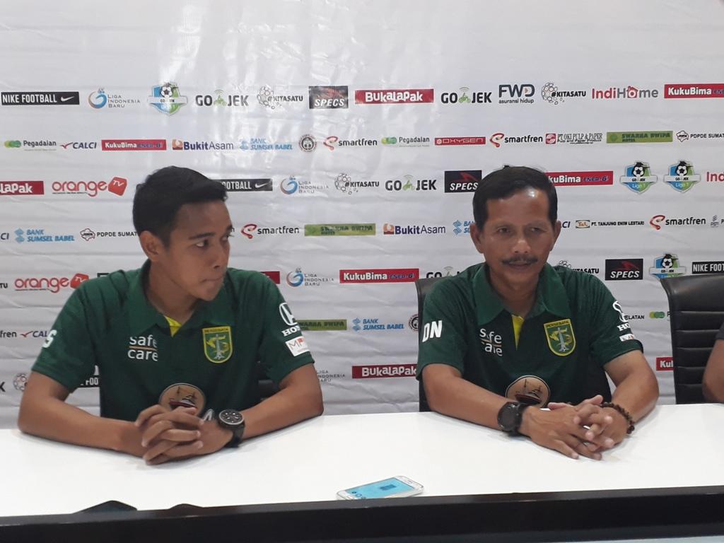 Pelatih kepala Persebaya, Djadjang Nurjaman (kanan) saat konferensi pers jelang laga. (Foto: medcom.id/Deddy Pranata)
