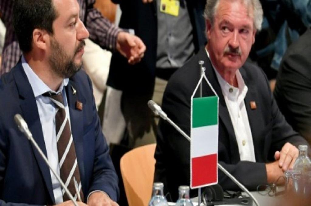 Mendagri Italia Matteo Salvini (kiri) dan Menlu Luksemburg Jean Asselborn dalam konferensi imigran di Wina, Austria, 14 September 2018. (Foto: APA/AFP)