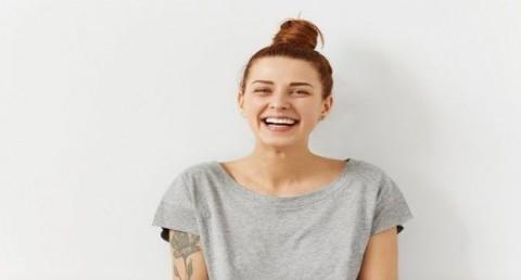 Tersenyum Tak Selalu Berarti Bahagia