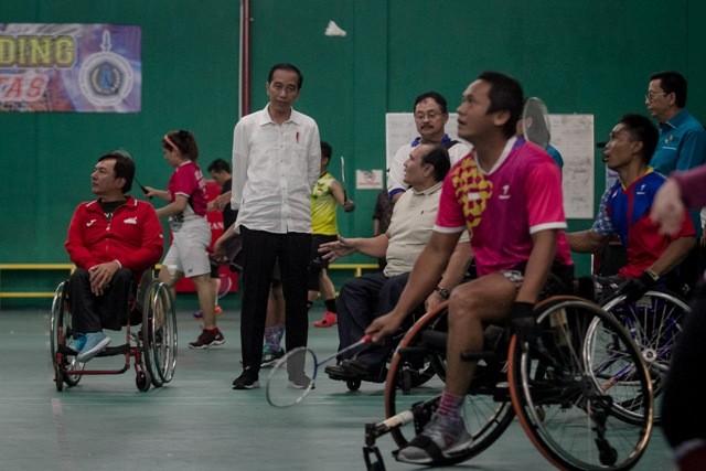 Presiden Joko Widodo melihat atlet bulu tangkis kursi roda berlatih saat mengunjungi Pelatnas atlet Asian Para Games 2018 di Solo Baru, Sukoharjo, Jawa Tengah. Foto: Antara/Mohammad Ayudha