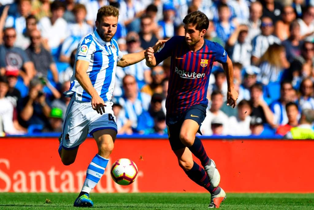 Duel yang terjadi pada laga Real Sociedad vs Barcelona (Foto: GABRIEL BOUYS/AFP)
