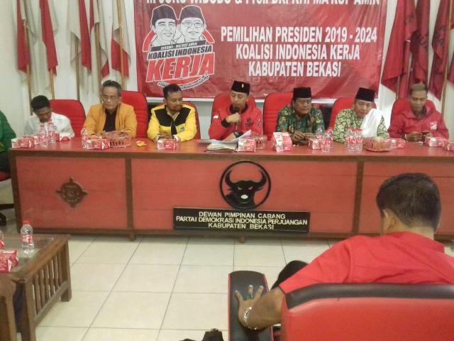Bendahara KIK Kabupaten Bekasi, Nyumarno (tengah) bersama perwakilan partai politik pendukung Joko Widodo-Ma'ruf Amin. Foto: Antonio/Medcom.id