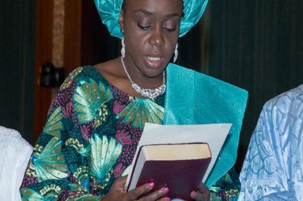 Kemi Adeosun saat mengucapkan sumpah jabatan sebagai Menkeu Nigeria pada 2015. (Foto: AFP)
