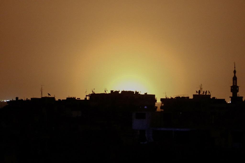 Ledakan terlihat di kejauhan yang diyakini terjadi di Bandara Damaskus, Suriah. (Foto: AFP)