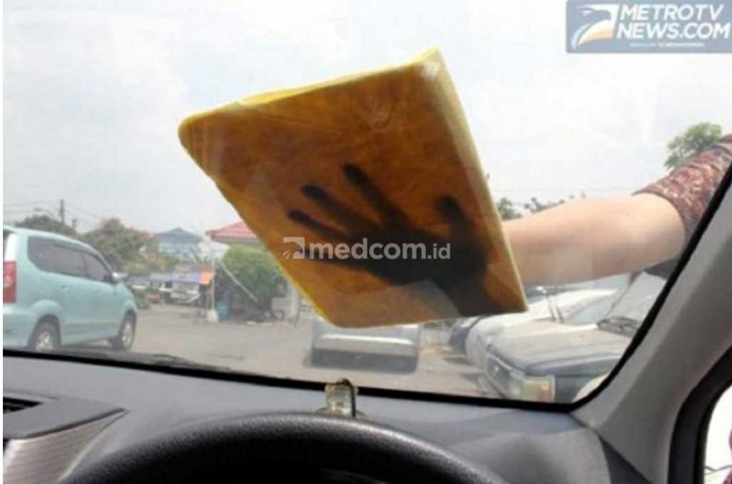 Kaca mobil harus dirawat agar tetap memberikan visibilitas terbaik saat mengemudi. Medcom.id/Ekawan Raharja