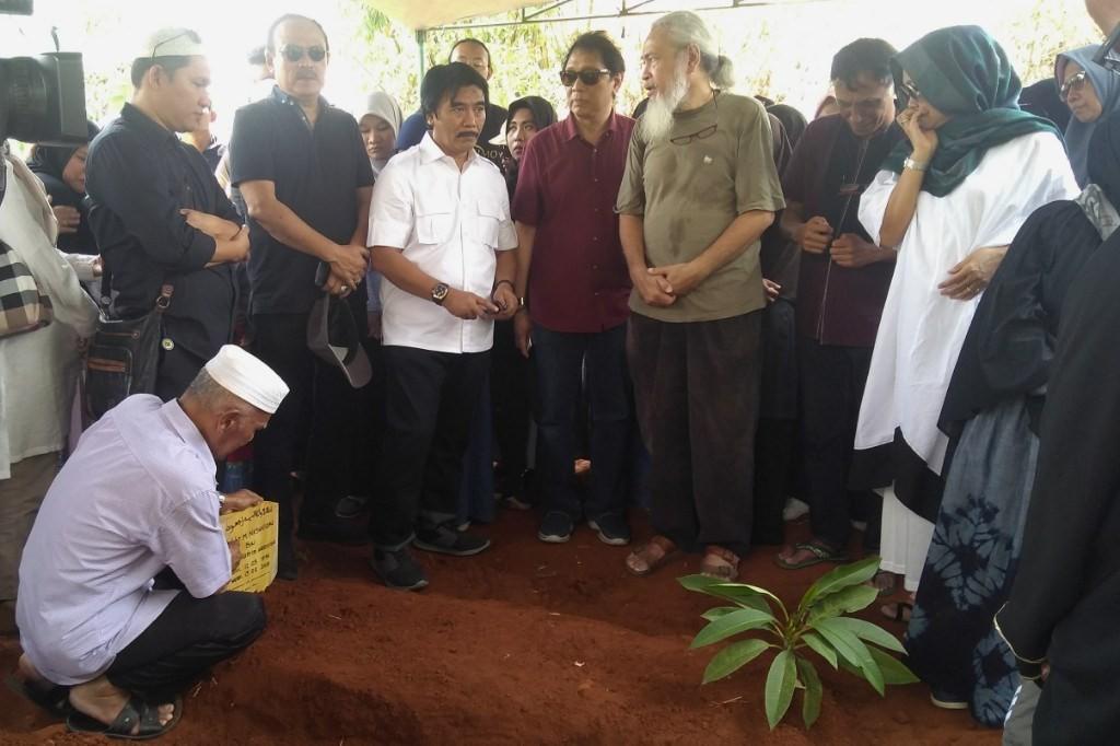 Suasana di pemakaman Debby Nasution (Foto: Purba Wirastama)