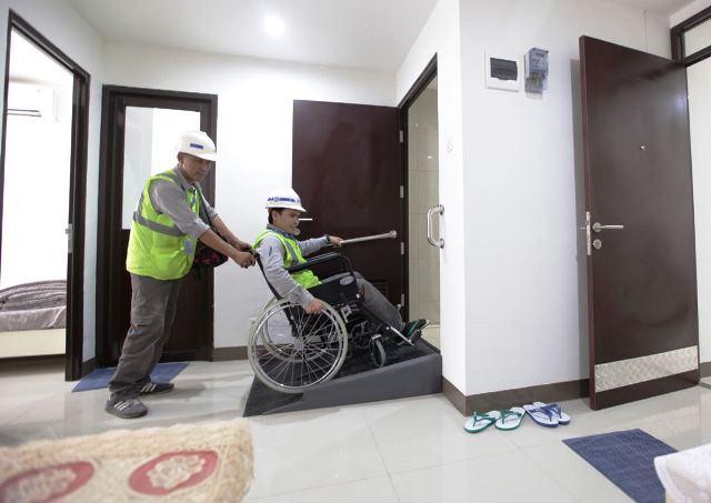 Ramp (jalur landai) akan memudahkan pengguna kursi roda untuk naik atau turun ke lantai dengan ketinggian berbeda. dok. Kementerian PUPR