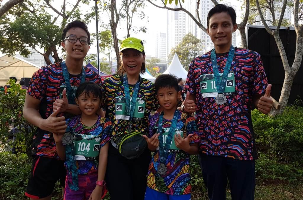 Titin (tengah) bersama keluarganya mengikuti Serpong Green Warrior Run 2018 (Medcom/Rizky)