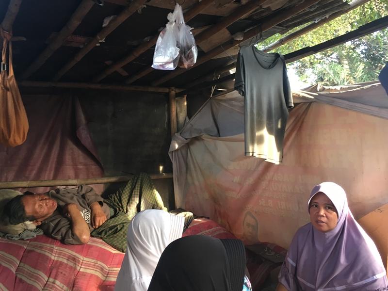 Endang, 51, terkulai di bedengnya di Pondok Jagung, kecamatan Serpong Utara, Tangerang Selatan, Minggu 16 September 2018. Medcom.id/Farhan Dwitawama