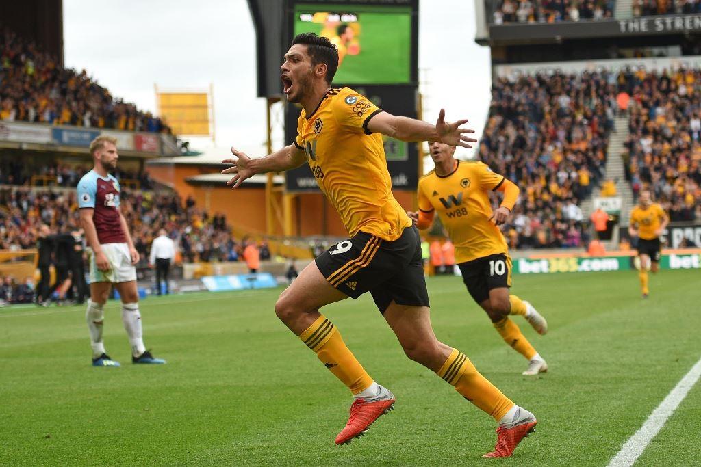 Selebrasi Raul Jimenez usai mencetak gol kemenangan Wolverhampton Wanderers atas Burnley (Foto:AFP/OLI SCARFF)