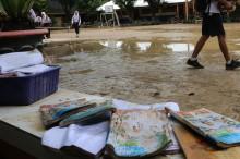 Bersihkan Sisa Banjir, SMP di Medan Tunda KBM
