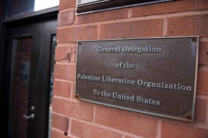 Plakat di gedung perwakilan misi diplomatik Palestina di Washington, AS. (Foto: AFP/SAUL LOEB)