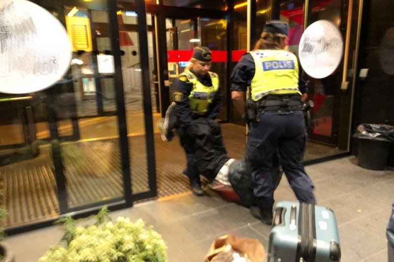 Polisi mengusir paksa tiga turis Tiongkok dari sebuah hostel di Swedia. (Foto: Twitter/PDChina)