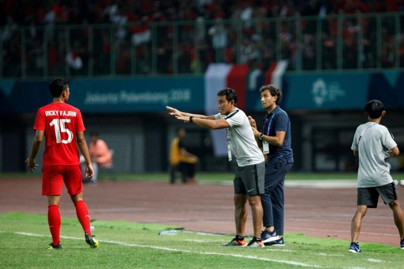 Bima Sakti saat memberikan instruksi kepada Ricky Fajrin saat Indonesia U-23 berlaga di Asian Games 2018 (Foto: Rommy Pujianto/MI)