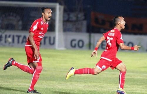Riko Simanjuntak (kanan) berlari merayakan golnya ke gawang PSIS