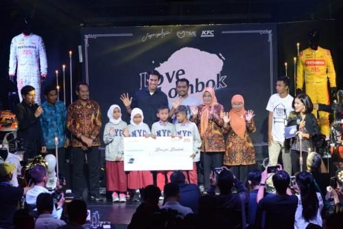 Sean Gelael berpose dengan perwakilan siswa di Lombok yang