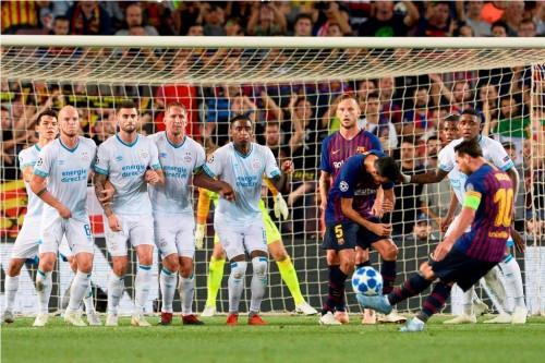 Lionel Messi melepaskan tendangan bebas indah yang merobek
