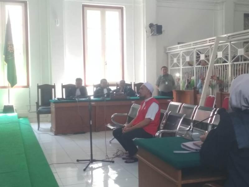 Bos ABU Tours Hamzah Mamba menjalai sidang perdana di Pengadilan Negeri Makassar, Sulawesi Selatan, Rabu 19 September 2018. Medcom.id/Andi