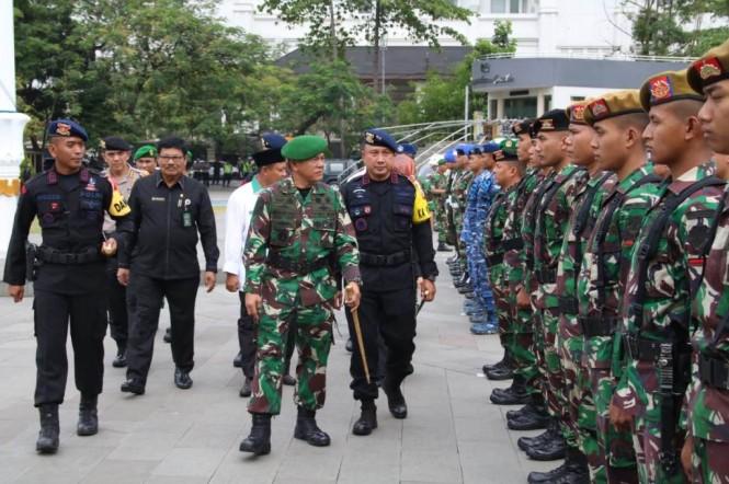 Kapolda Jawa Barat Irjen Pol Agung Budi Maryoto, Pangdam III/Siliwangi Mayjen Besar Harto Karyawan, Wagub Jabar Uu Ruzhanul Ulum, dan Ketua DPRD Jabar Ineu Purwadewi mengecek kesiapan personel dan kendaraan operasional untuk pengamanan Pileg dan Pilpres 2