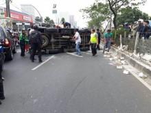 Minibus Polisi yang Terbalik di Jalan Margonda Usai Antar Tahanan Teroris