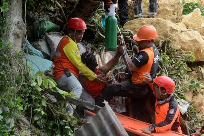 Operasi penyelamat warga yang menjadi korban longsor di Filipina. (Foto: AFP).