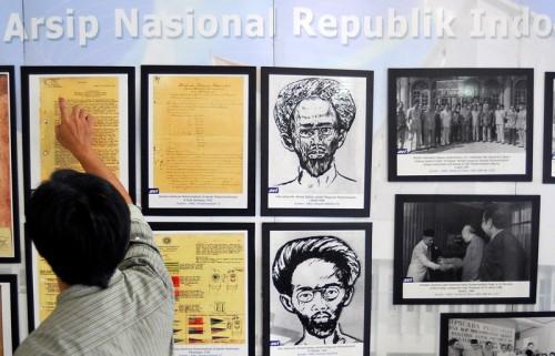 ILUSTRASI: Seorang pengunjung melihat pameran