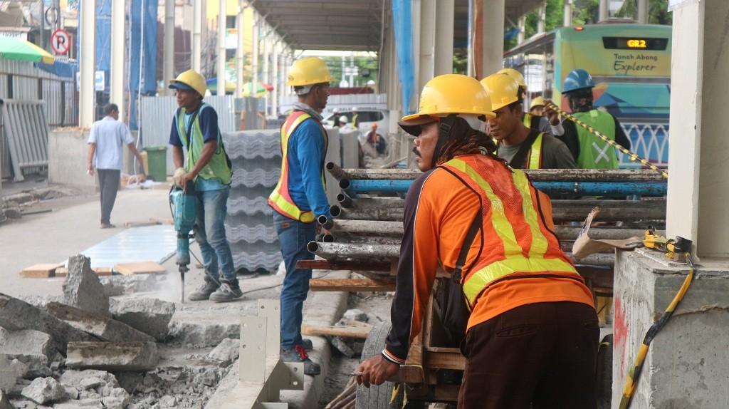 Pekerja tengah membangun sky bridge Tanah Abang - Medcom.id/Dheri Agriesta.