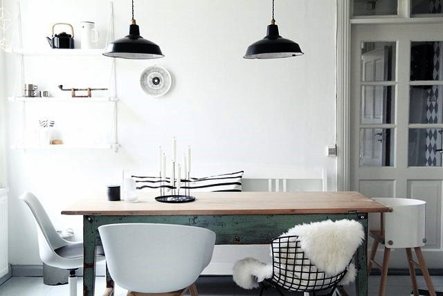 Penggunaan lampu gantung dengan kap logam bergaya industrial, merupakan padu padan menarik. hunker/nordic days