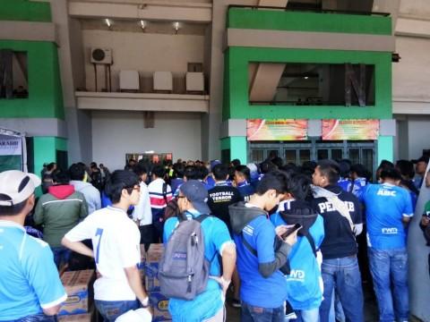 Antrean Bobotoh di pintu masuk tribun timur. (Foto: Medcom.id /