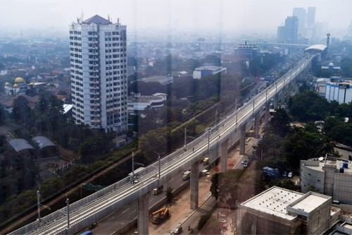 Sebuah gedung apartemen di sisi jalur MRT di Jakarta Timur.