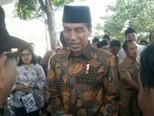 Presiden Jokowi Mengiringi Pemakaman Adik Ipar