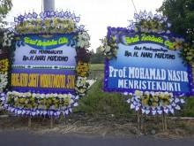 Pelayat dan Karangan Bunga Berdatangan ke Rumah Ipar Jokowi