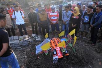 Suasana Haru Iringi Pemakaman Suporter Persija Haringga