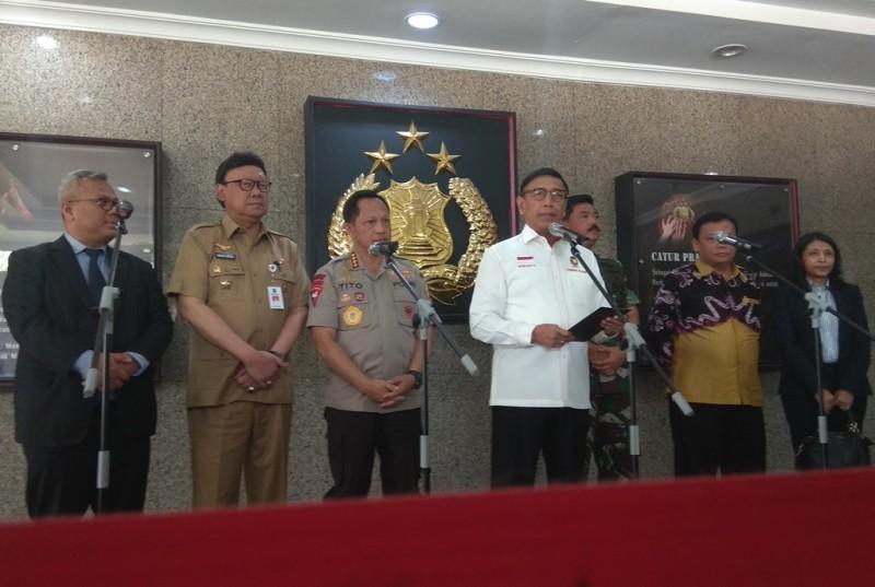 Menteri Koordinasi bidang Politik Hukum dan Keamanan (Menko Polhukam) Wiranto (tengah). Foto: Medcom.id/Lukman Diah Sari.