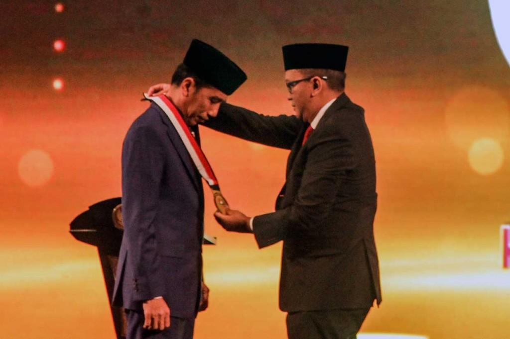 Jokowi Terima Penghargaan Tokoh Pemerataan Pembangunan