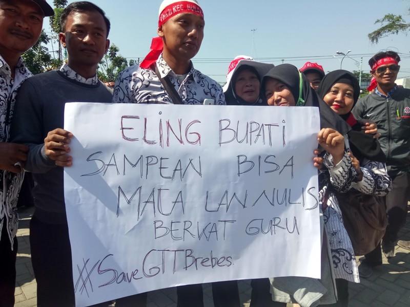 Ribuan honorer K2 berunjuk rasa di depan kantor DPRD Brebes, Selasa, 25 September 2018. (Medcom.id /Kuntoro Tayubi)