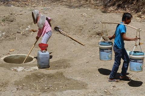 Krisis Air, Warga Grobogan Buat Sumur di Dasar Sungai