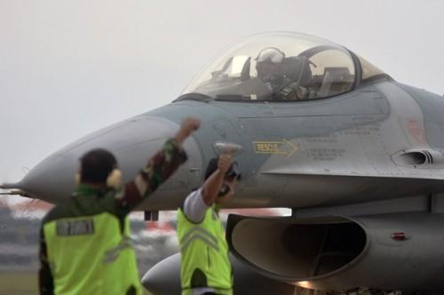 Ilustrasi Pesawat tempur F-16 mendarat di Bandara Internasional