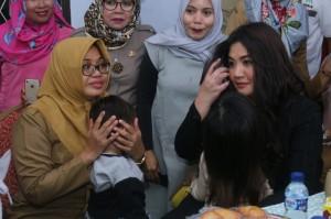 'Sarah si Doel' Jenguk Korban Penyekapan di Makassar