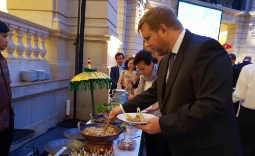 Undangan menikmati kuliner asal Indonesia yang disediakan di