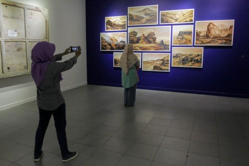 Pengunjung mengamati sejumlah karya seni rupa yang dipamerkan