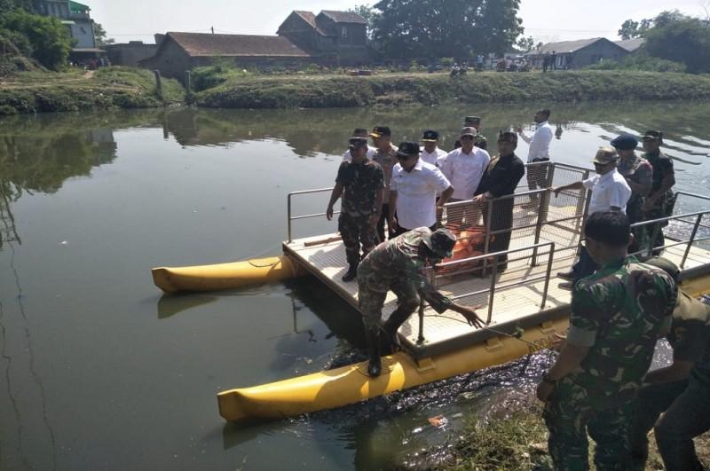 Gubernur Jabar Ridwan Kamil dan rombongan meninjau kondisi Citarum di Kabupaten Bandung, Rabu, 26 September 2018, Medcom.id - Roni