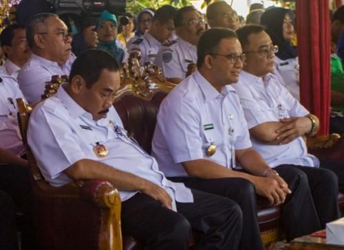 Gubernur DKI Jakarta Anies Baswedan (tengah) bersama Anas