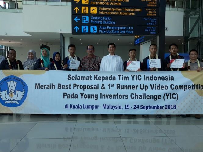 Para Pemenang  Young Inventors Challenge (YIC) yang digelar di Kuala Lumpur, Malaysia, pada 19-24 saat tiba di Bandara Soekarno-Hatta, Medcom.id/Citra Larasati.