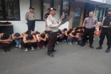 Puluhan Pelajar Nongkrong Ditahan Polisi karena Bawa Senjata Tajam